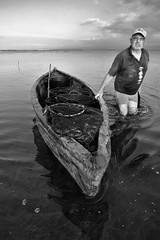 pescador caçat !! (manel pons) Tags: manelpons deltadelebre badiadelfangar pescador xarxes redes