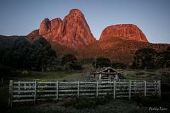 Três Picos e Capacete (Waldyr Neto) Tags: trêspicos petp amanhecer horamágica goldenhour paisagem parqueestadualdostrêspicos landscape landscapephotography montanhas montanha crepúsculo sunrise