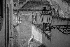 Mouraria (graufuchs) Tags: europe europa portugal lisbon lisboa lissabon fuji fujifilm fujifilmxh1 fujinon xh1 zoom zoomlens city town stadt blackwhite monochrome monochrom lamp lampe houses häuser