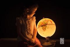 Contemplando el mundo (Raul Cayuelas Fotografia) Tags: portraitkids kids children raulcayuelas raulcayuelasfotografia world portrait
