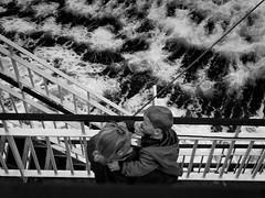 Je suis là.... (objet introuvable) Tags: blackandwhite bw noiretblanc nb nature sea mer bateau boat ferry ecosse scotland mother mère child enfant monochrome protection boy fils contraste garçon