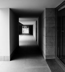 Serralves #2 (Manuel Gayoso) Tags: fundaciónserralves oporto portugal arquitectura pasillo perspectiva contraste ventana blancoynegro monocromo sombras