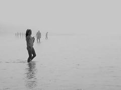 La niebla nos fagocita (paulavf) Tags: bruma niebla vigo galicia patos venano summer gente bnw monocrome