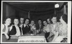 Archiv P943 Frohes Beisammensein, 1950er (Hans-Michael Tappen) Tags: archivhansmichaeltappen bierglas gruppenfoto bügelverschlus flasche biergläser tisch fotorahmen puffärmel 1950s 1950er handtasche