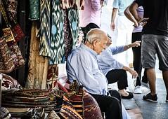 Agachar la cabeza sin quitar la mirada (Be a Tree) Tags: calle mercado turquia estambul anciano dia espontanea color viaje