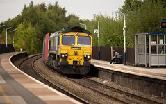 Freightliner class 66/5 no 66548 at Alfreton Station on 05-09-2018 with the Leeds to Southampton Intermodal (kevaruka) Tags: alfreton alfretonstation derbyshire britishrail networkrail trains train transport clouds cloudy cloudyday cloud thephotographyblog flickr frontpage telephoto telephototrains summer september 2018 canon canoneos5dmk3 canon5dmk3 canon70200f28ismk2 5d3 5diii 5d 5dmk3 fullframe f28 england class66 freightliner shed greatbritain uk locomotive composition yellow green trees