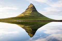 Kirkjufell - Islande (daviddeleu.photographie) Tags: rouge kirkjufell islande iceland mountain montagne nature reflet miroir symmetry symétrie paysage landscape voyage travel