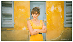 Nathalie Dodivers (mattwiskas) Tags: comédienne actress cinema tv clip blue eyes yeux bleus robe jaune bleu mur vintage porte door aix provence en