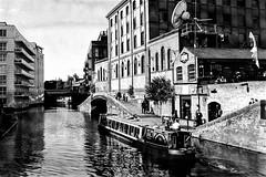 Canal boat at Camden. (parnas) Tags: canalboat regentscanal camden londen uk zwartwit blackandwhite blackwhite analoog film ilforddelta