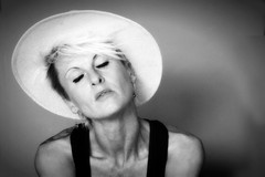 eventjes maar (roberke) Tags: portrait portret woman vrouw female femina hoed face gezicht naturallight availablelight daglicht monochrome monochroom zwartwit blackwhite blackandwhite bw pose posing model