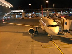 HB-IJH (Kevin Biétry) Tags: night morning iphonex flugzeug avion zürichairport zürich zrh lszh lx swiss airbusa320214 airbusa320 a320214 a320 airbus hbijh ijh hb