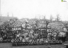 tm_5432 - Vulcans tändsticksfabrik 1893, Tidaholm (Tidaholms Museum) Tags: svartvit positiv gruppfoto människor industriarbetare 1893 1890talet tändsticksfabrik tidaholm vulcan