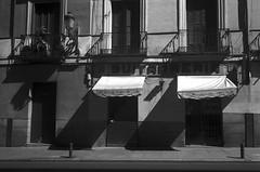 Calle Mayor, Madrid. (papel) (fcuencadiaz) Tags: plustek paisajesurbanos madrid analogica fotografiaargentica film fotografiaquimica 35mm byw blancoynegro monocromo leica summicron objetivosfijos objetivosmanuales telemétricas rangefinder