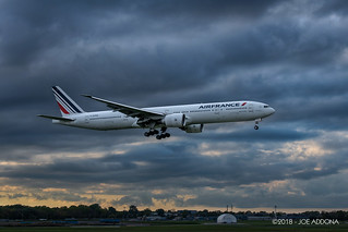 Boeing 777 from Paris landing on 06L.