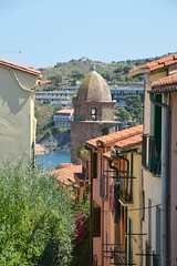 Collioure 99 (Krasivaya Liza) Tags: collieures france french francais mediterranean sea coast seaside village town monet painting famous alleys streets cobblestones marina ships boat boats colorful floral flower flowers mountain mountains water view vista europe european collioure portvendres port vendres catalogne catalonia côte vermeille cotlliure