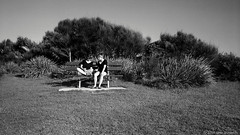 conversation, Sydney, 2016  #292 (lynnb's snaps) Tags: 35mm bw400cn c41 iiic ltm leica leicaiiic sydney bw couples film girls leicafilmphotography kodakfilm chromogenicfilm cv35mmf25colorskoparltm 2016 summer gossip bench seat talking conversation park longreef street people australia blackandwhite bianconegro blackwhite bianconero biancoenero blancoynegro noiretblanc schwarzweis monochrome ishootfilm ©copyrightlynnburdekinallrightsreserved