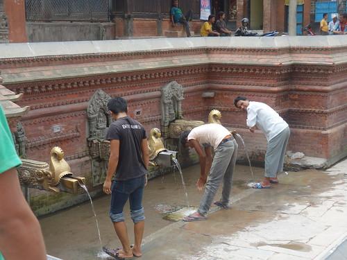 Il y a de nombreuses fontaines dans la ville. Les femmes viennent remplir des bidons d'eau et les hommes y font leurs ablutions