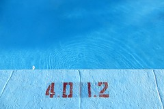 Swimming by numbers (Robert Saucier) Tags: capecod piscine swimmingpool bleu blue rouge red eau water chiffres numbers motel img4131