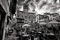 Cortona, Piazza della Repubblica (R.o.b.e.r.t.o.) Tags: cortona arezzo ar toscana tuscany italia italy piazzadellarepubblica vianazionale palazzocomunale people biancoenero bw selfie