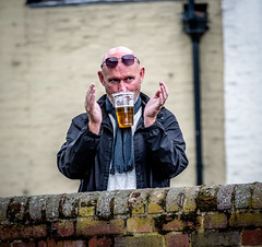 Magic Trick (Andy..D) Tags: bridgnorth bridgnorthmusicandartsfestival2018 d500 streetshot street streetphotography streetview people drinking drink beer