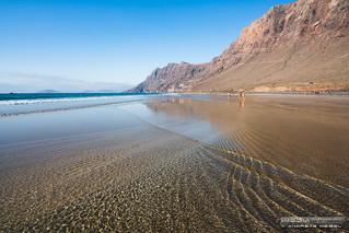 Líneas cruzadas en la Playa de Famara - Teguise, Lanzarote.