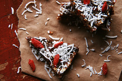 Energie-Riegel mit Kokosraspeln und Goji-Beeren (marcoverch) Tags: superfood coconutflakes coconut shreddedcoconut healthyfood energybars gojiberries energieriegel kokosraspeln gojibeeren noperson keineperson christmas weihnachten food lebensmittel chocolate schokolade sweet süss sugar zucker cake kuchen homemade hausgemacht celebration feier candy süsigkeiten baking backen delicious köstlich gingerbread lebkuchen winter cookie kekse wood holz confection konfekt decoration dekoration cream sahne pastry gebäck tamron naturephotography wasser fall autumn design outside lego deutschland home
