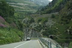 Tegen de berg zie je hoe de weg omhoog kruipt. (limburgs_heksje) Tags: zwitserland schweiz swiss grimsell pass berner oberland bergen haarspeldbochten