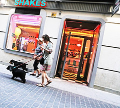 Mejor que Edward Hopper (kirstiecat) Tags: spain adrid shakes dogs madrid espana women perros colors edwardhopper streets canon diagonal canine dogwalkdog walk