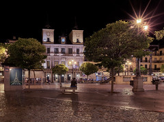 Plaza-Mayor-Segovia (invesado) Tags: nocturna plaza segovia spain soledad espera textura reloj ayuntamiento gente nikon 20mm