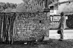 L'homme au sac (Fabrice Denis Photography) Tags: streetphotography france noiretblanc bwphotography street barro festivalbarrobjectif2018 nouvelleaquitaine youpic blackandwhitephotographer charente monochrome blackandwhite streetphotos blackandwhitephotography blackandwhitephotos streetpics monochromephotography fr