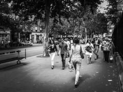Main_dans_la_main (LUMEN SCRIPT) Tags: monochrome street streetphotography people partsofblackandlight paris city citypulse citylife pinhole