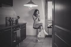 Laure (www.michelconrad.fr) Tags: vert bleu rouge canon eos6d eos 6d ef24105mmf4lisusm 24105mm 24105 femme modele portrait studio noir pose body canapé porte tableau cousins home maison chezsoi jambes cuisine tasse