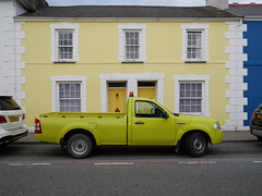 Aberaeron (Dubris) Tags: wales cymru ceredigion aberaeron town architecture building house yellow jaune gelb pickup truck