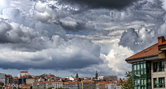 Nubes sobre Santiago de Compostela. (Fotgrafo-robby25) Tags: acoruña españa galicia lugares nubes sonyalpha7riii sonyfe424105goss santiagodecompostela árbolesyarbustos