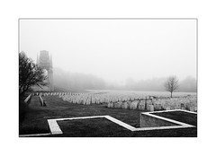Sept coins de paradis. (Scubaba) Tags: europe france pasdecalais noirblanc noiretblanc blackwhite bw monochrome tombes graves cimetière cemetery brouillard brûme fog mist