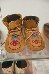Ojibway moose-hide mocassins (quinet) Tags: 2017 aborigène canada firstnations indian kunst ontario rom royalontariomuseum toronto ureinwohner aboriginal art museum musée native 124