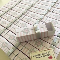 Caixinhas para docinhos, que os convidados amam! 💕 #15anosdaisadora 📍caixinha cor de rosa e prata, ideal para 3 docinhos 😍 📍personalizamos para sua festa 📍de SP para todo o Brasil 🎁casam (casamentosetravessuras) Tags: instagram facebookpost lembrancinhas personalizadas