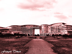 Architecture à La Rochelle (François Tomasi) Tags: immeuble bâtiment larochelle villedelarochelle charentemaritime sudouest france europe french monochrome filtre françoistomasi tomasiphotography justedutalent iso lights light lumière digital numérique yahoo google flickr photo photographie photography photoshop pointdevue pointofview pov septembre 2018 clouds cloud nuages nuage ciel sky patrimoinedefrance windows architecture