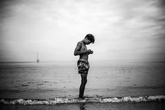 Grève blanche, Île de Batz (PaxaMik) Tags: bretagne brittany roscoff îledebatz grèveblanche plage été summertime summer beach france silhouette portrait portraitnoiretblanc noiretblanc noir n§b blackandwhitephotos swimmer horizon