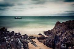 (Antoineos G.) Tags: mer ocean manche rocher bateau ciel nuages cloudy weather rocks stbrieuc océan baie plage rivage eau sable paysage