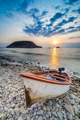 Subiendo a la barca (Jose Luis Fornes) Tags: bote amanecer playa mar cielo agua bahia roca