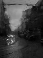 Il pleut sur Gand... (objet introuvable) Tags: blackandwhite bw noiretblanc nb ville town tramway pluie rain trees arbres rail flou blur urban urbain street streetview gand gent monochrome
