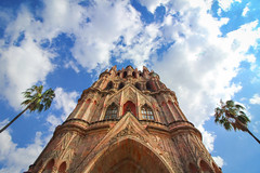 Looking up at Parroquia de San Miguel de Arcangel (DGNacho.com) Tags: sanmigueldeallende parrish church parroquia guanajuato palm trees sky clouds mexico travel vacation