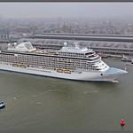 Cruiseschip Seven Seas Explorer voor het Centraal Station in Amsterdam thumbnail