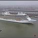 Cruiseschip Seven Seas Explorer voor het Centraal Station in Amsterdam