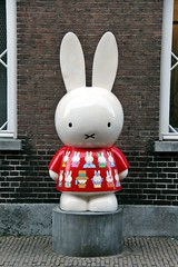 Miffy (just.Luc) Tags: nijntje miffy bunny konijn lapin rabbit sculpture escultura statue estatua statua beeld beeldhouwwerk red rouge rood rot utrecht holland nederland paysbas niederlande netherlands europa europe nijntjemuseum dickbruna museet rojo rosso