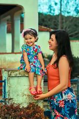 Patrícia e Milena (cesarpizafotografia) Tags: familia maeefilha mae filha young kids kid natureza natural amor love cores cor laranja azul azulelaranja