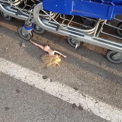 BARBIE HAD A ACCIDENT WITH A CADDY (lucborell photophones) Tags: caddys courses poupées barbies jouets enfants petitesfilles barbie mort mortviolente accidents crash accident poupees