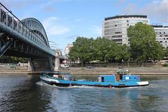 Paris : péniche sous le pont de Bir-Hakeim (philippeguillot21) Tags: pont fleuve stream river seine paris france capitale europe birhakeim bateau boat péniche pixelistes canon