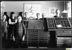 tm_5435 (Tidaholms Museum) Tags: svartvit positiv gruppfoto människor kontor